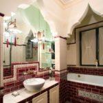 Арка над зеркалом в ванной комнате
