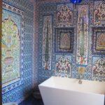 Керамические фрески на стене в ванной