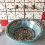 Фарфоровая раковина с цветными узорами