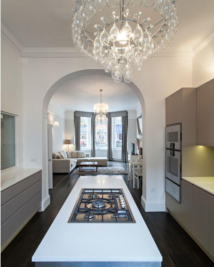 Вытянутая кухня-гостиная с аркой в роли разделителя пространства