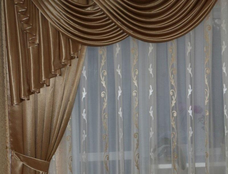 Атласная занавеска с ламбрекеном на окне кухни