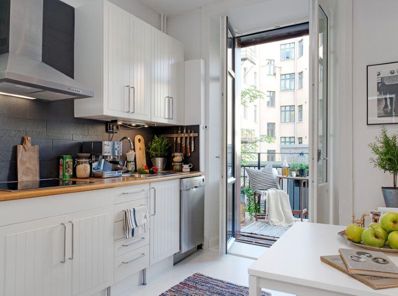 Открытая балконная дверь в кухне площадью в 10 кв метров