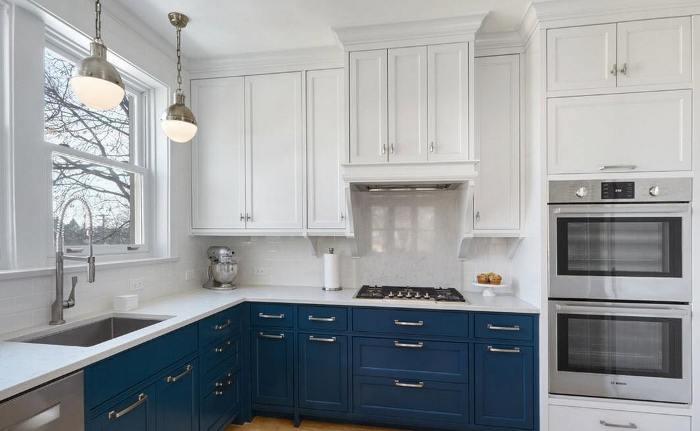 Синий гарнитур на кухне.