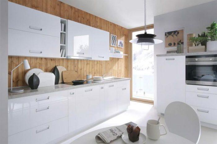 Интерьер белой глянцевой кухни.