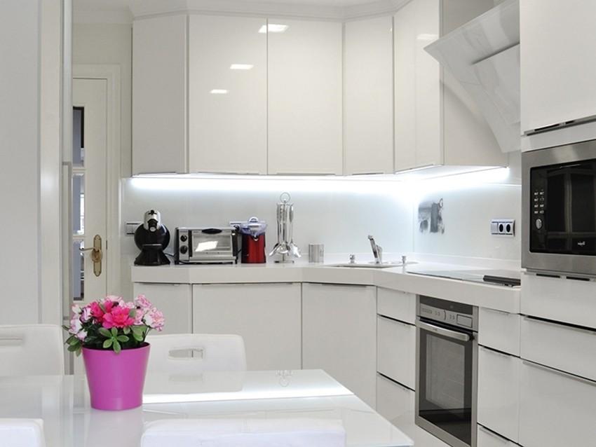 Яркая подсветка фартука в угловой кухне 3 на 3 метра