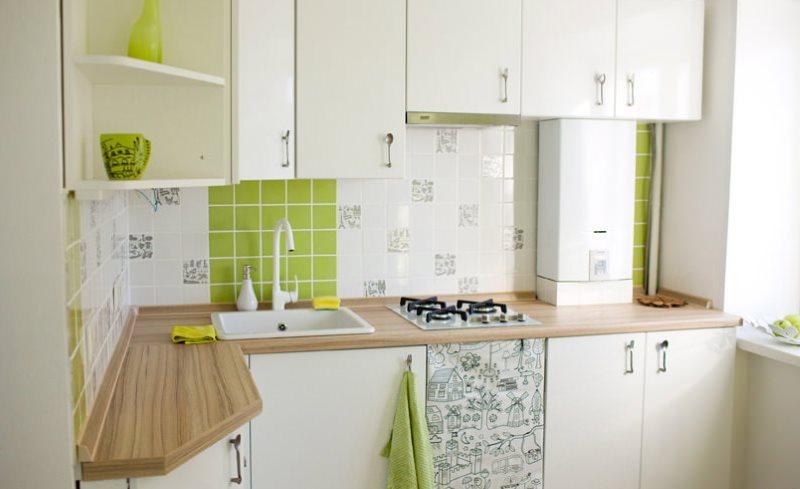 Белая кухня в хрущевке с газовой колонкой