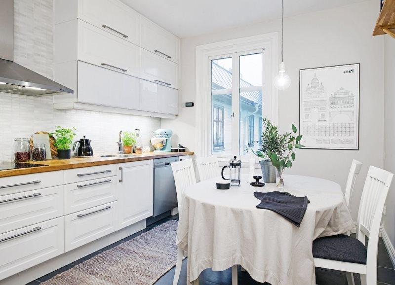 Белая кухня с балконом в скандинавском стиле