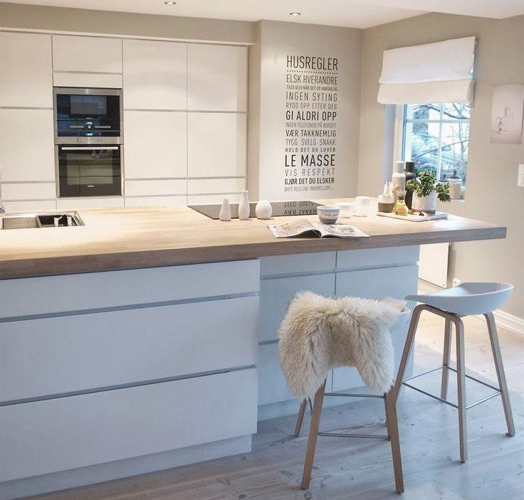 Кухонный остров с белыми фасадами