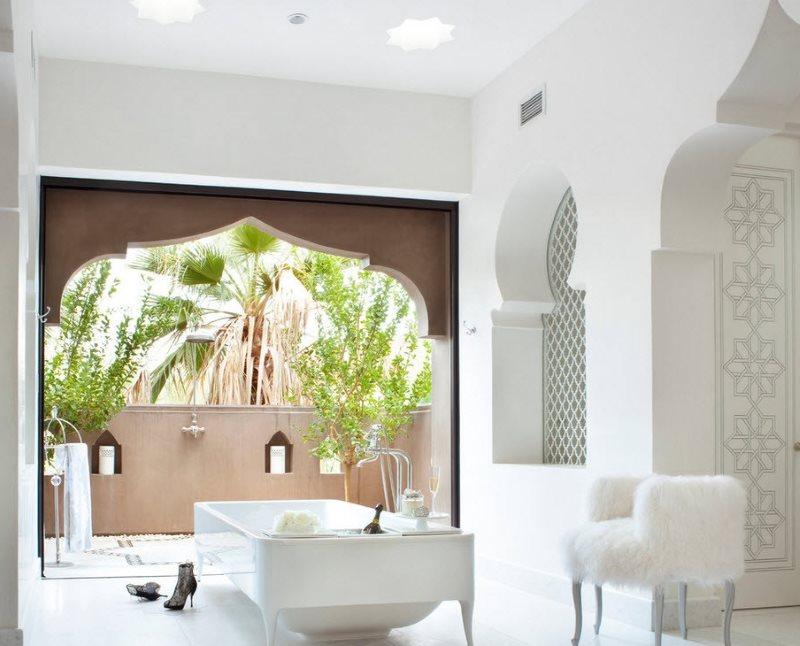 Светлая ванная с арками в арабском стиле