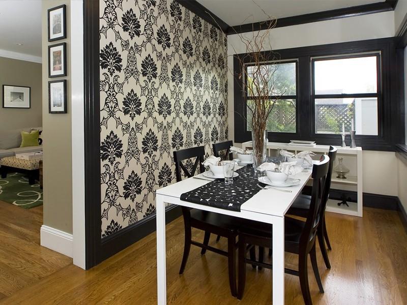 Черно-белые обои на кухонной стене