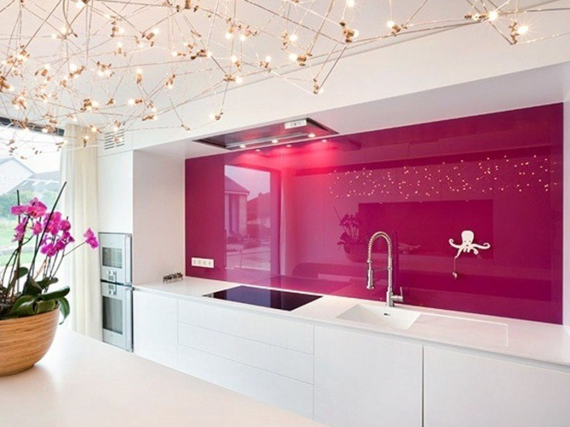 Темно-розовый фартук с глянцевой поверхностью