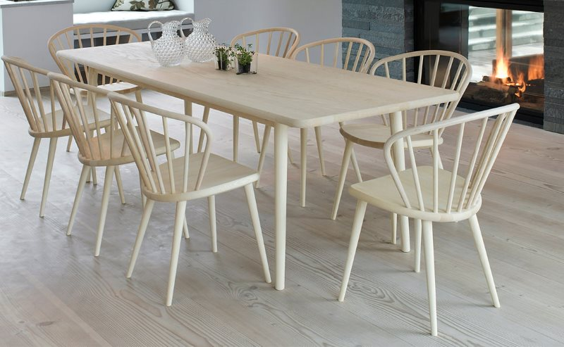 Белые стулья из дерева в комплекте обеденной группы