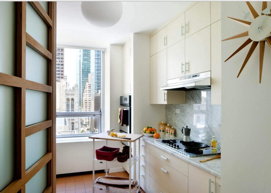 Белые шкафа до потолка в маленькой кухне