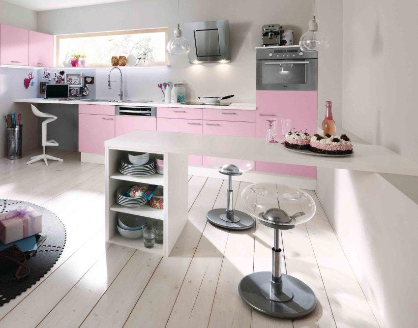 Розовый гарнитур на фоне белой стены кухни