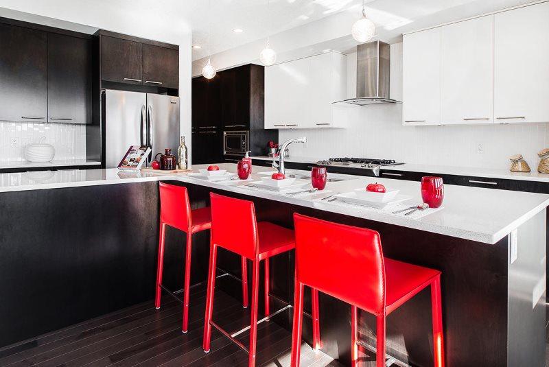 Красные стулья в кухне с белыми столешницами