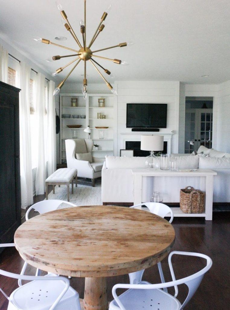 Белые стулья с подлокотниками в современной кухне