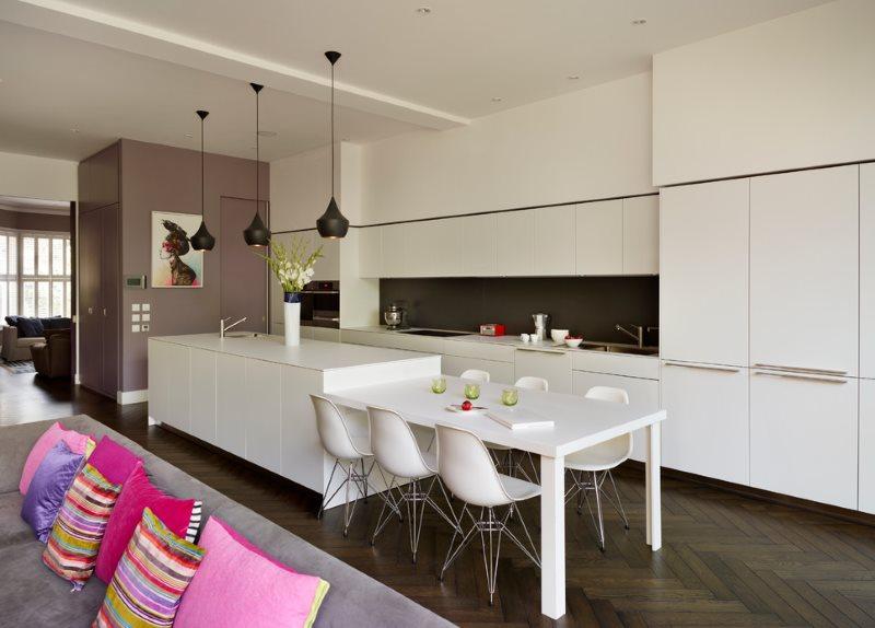 Белая мебель в интерьере кухни-гостиной площадью 25 кв м