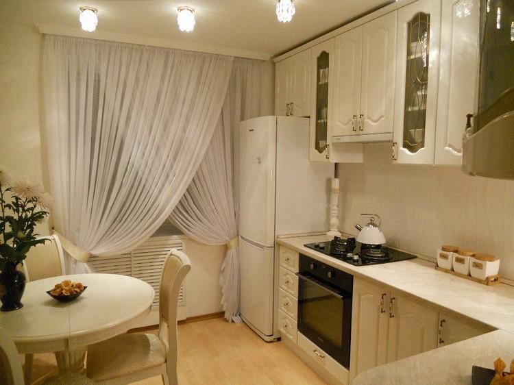 Тюлевые занавески с подхватами на окне кухни