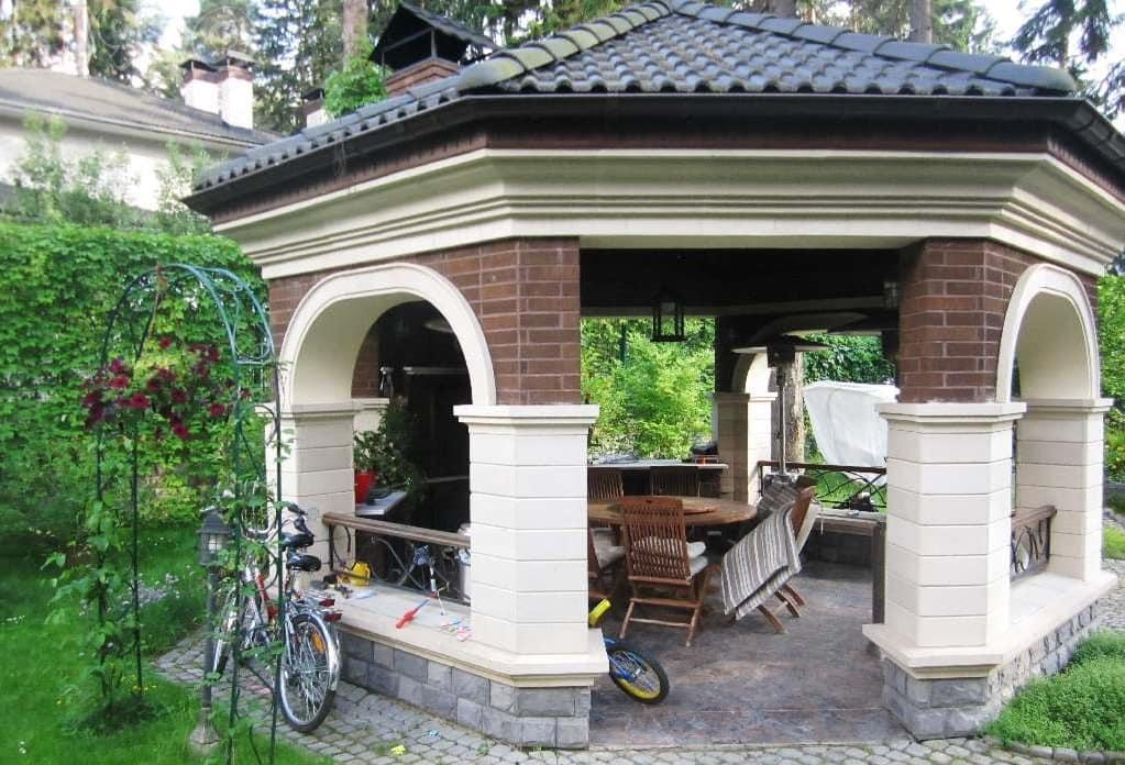 Кирпичные столбы летней кухни с полом из камня