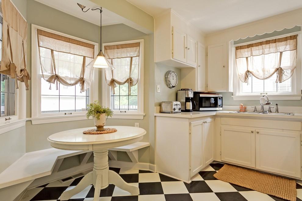 Римская штора в интерьере кухни загородного дома