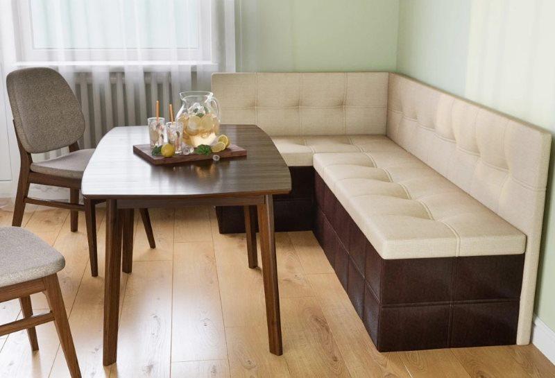 Кухонный угловой диван с бежевой обивкой