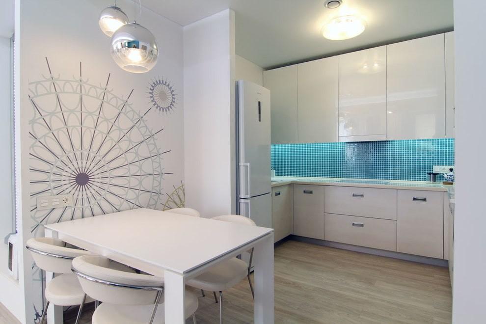 Блестящие белые фасады кухни в нише