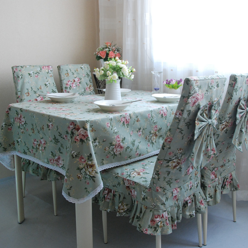 Текстиль в цветочек на кухонных стульях