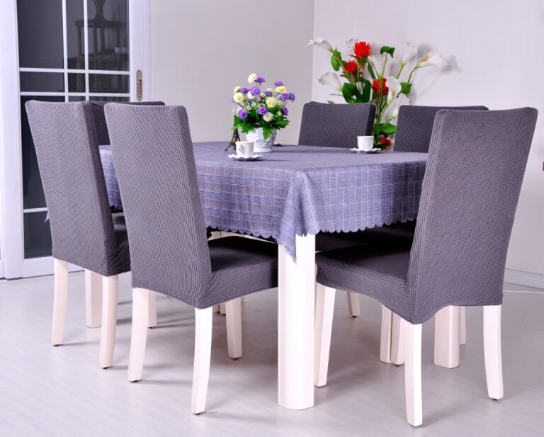 Белые стулья с сиреневыми чехлами из сатина