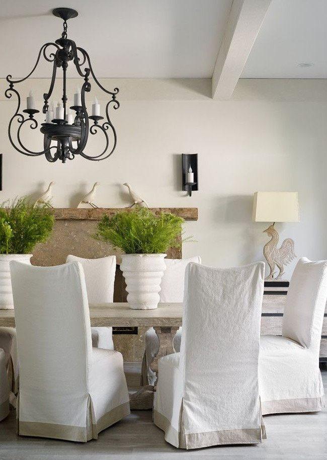 Белые чехлы из хлопка на кухонных стульях