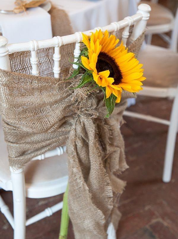 Подсолнух и мешковина на стуле в стиле прованс