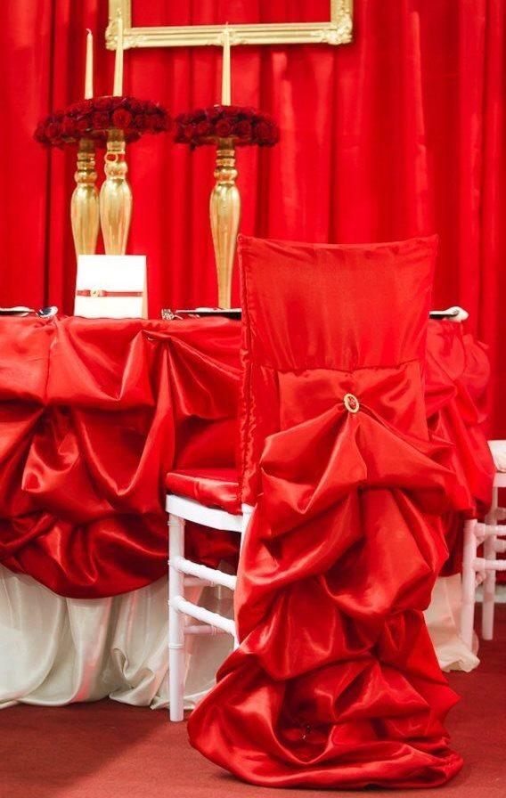 Красный чехол из крем-сатина на праздничном стуле