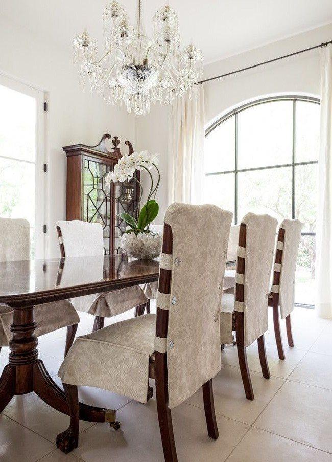 Чехлы на стульях в кухне классического стиля
