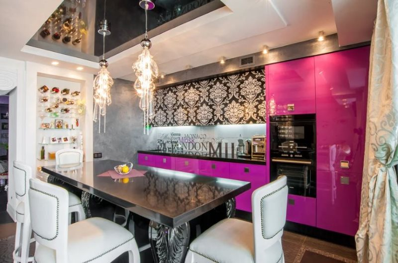 Интерьер кухни в сочетании розового и черного цветов