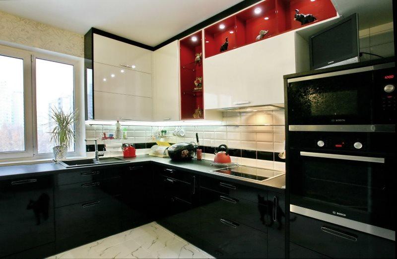 Встроенная бытовая техника черного цвета в угловой кухне