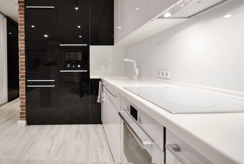 Белый фартук кухни в стиле минимализма