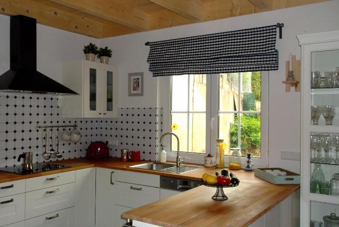 римские шторы в дизайне кухни.