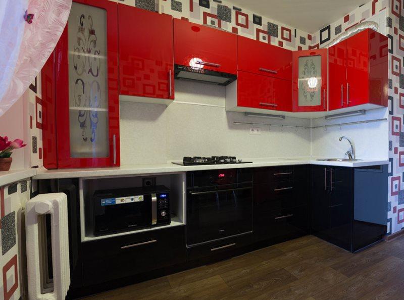 Белый фартук на кухне с черно-красным гарнитуром