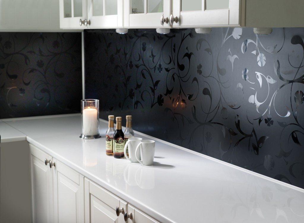 Белая столешница и черный кухонный фартук
