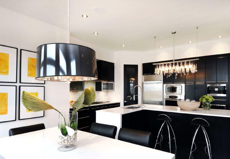 Металлический плафон подвесного светильника над кухонным столом