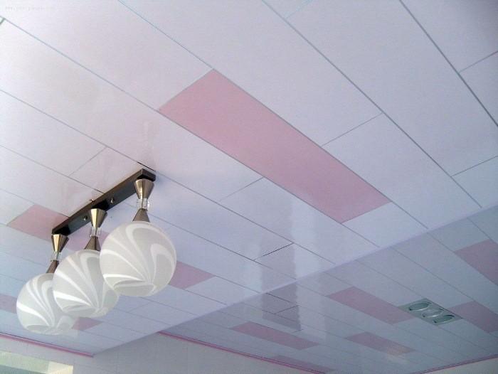 Бело-розовый потолок.