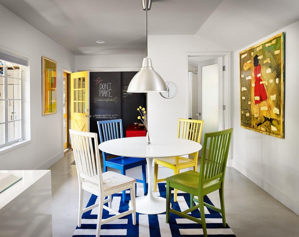 Белая кухня со стульями разного цвета