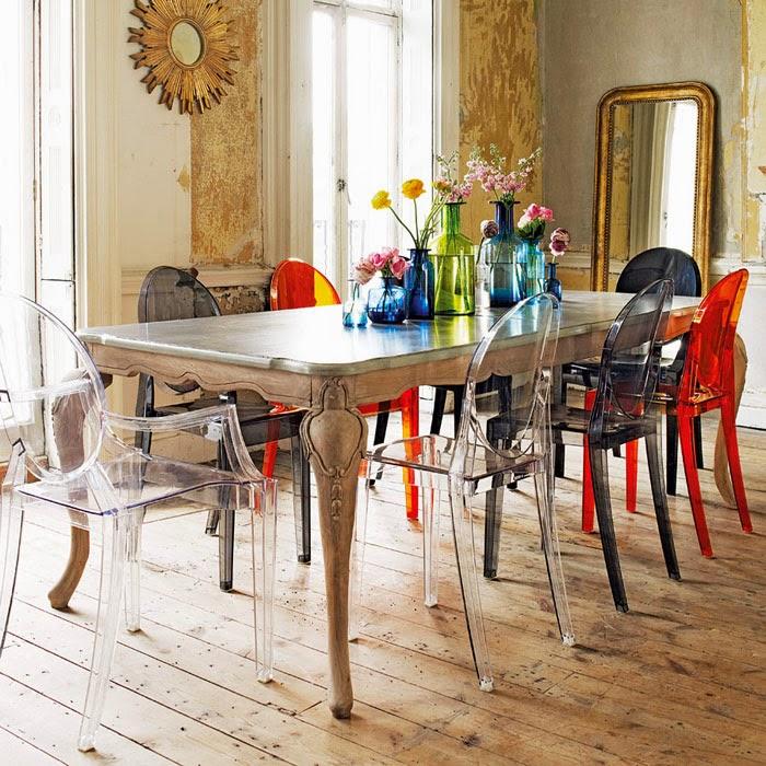 Разноцветный пластиковые стулья с подлокотниками в кухне частного дома