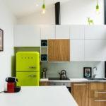 Зеленый холодильник в белой кухне