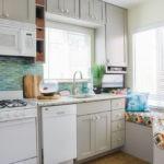 Интерьер компактной кухни с двумя окнами