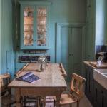 Бирюзовые стены небольшой кухни
