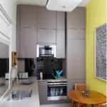 Серо-желтая кухня небольшой площади
