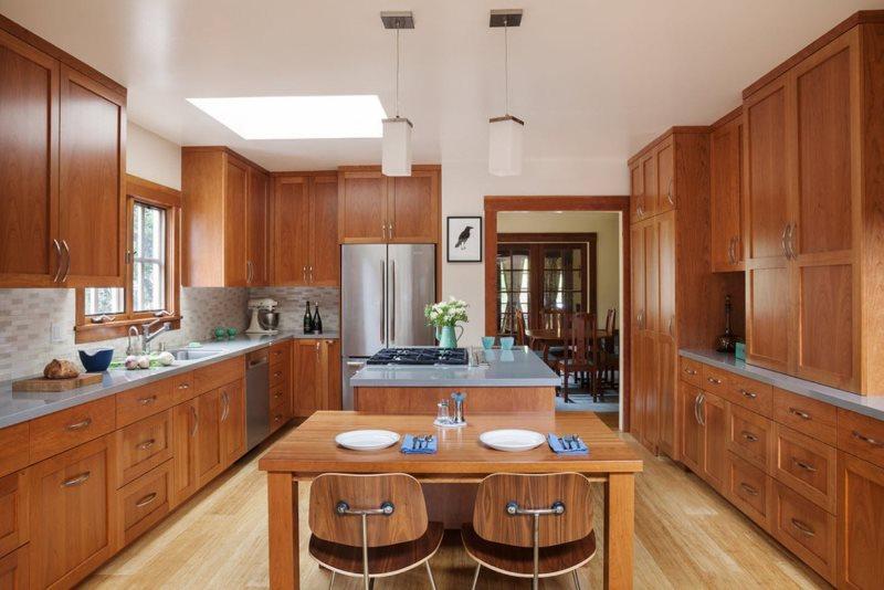 Дизайн кухни с гарнитуром из натурального дуба