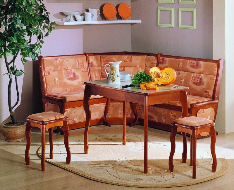 Деревянный кухонный уголок со столом и табуретами