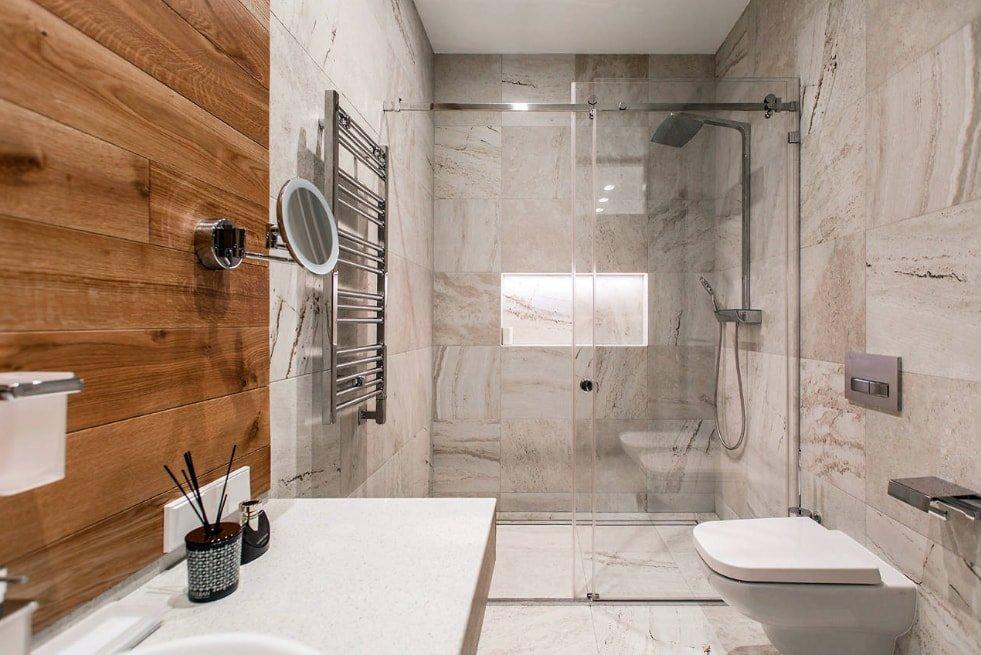 Деревянная панель в ванной с мраморной плиткой