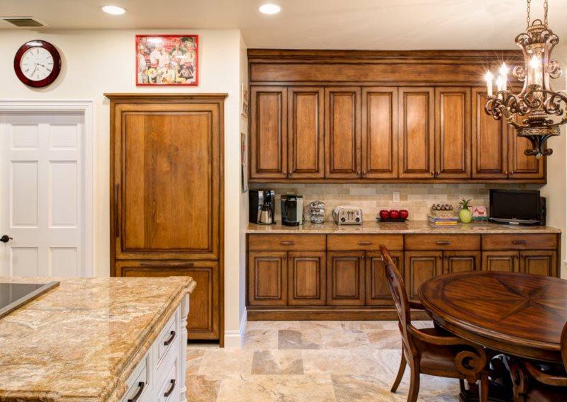 Деревянная мебель в интерьере современной кухни